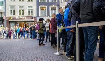 Foto's Manneken Pis: Gratis fritesdag zorgt voor flinke rijen in de stad