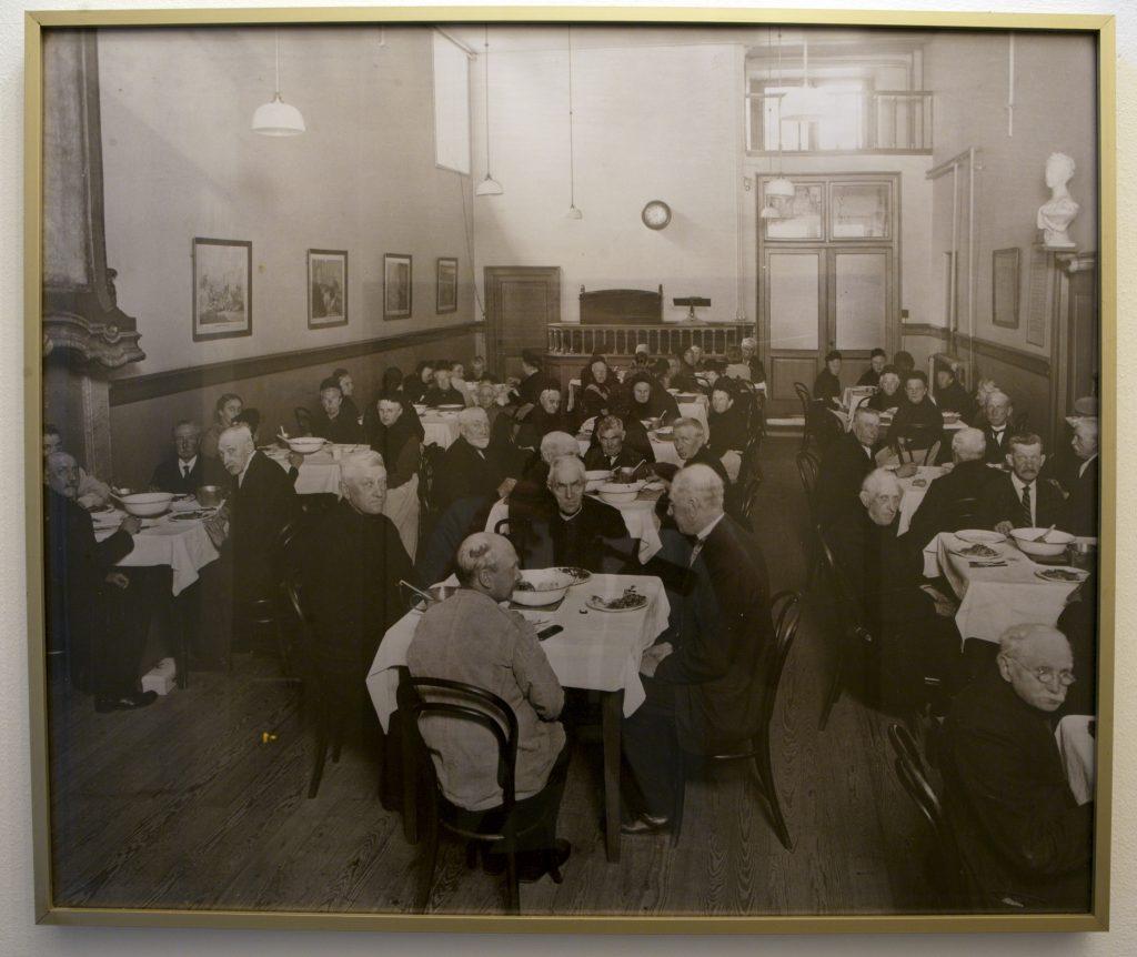 De Ridderzaal diende ten tijde van het bejaardentehuis als eetzaal.