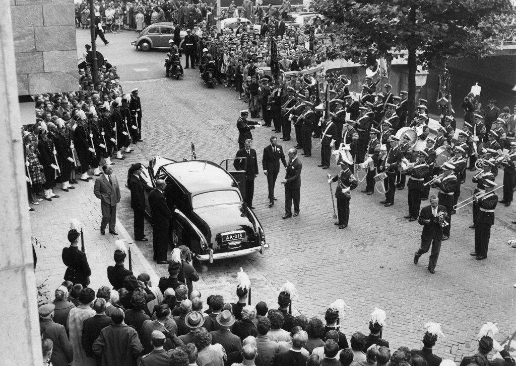 Opening SHV door pins Bernard, 1960 (L.H. Hofland / HUA)