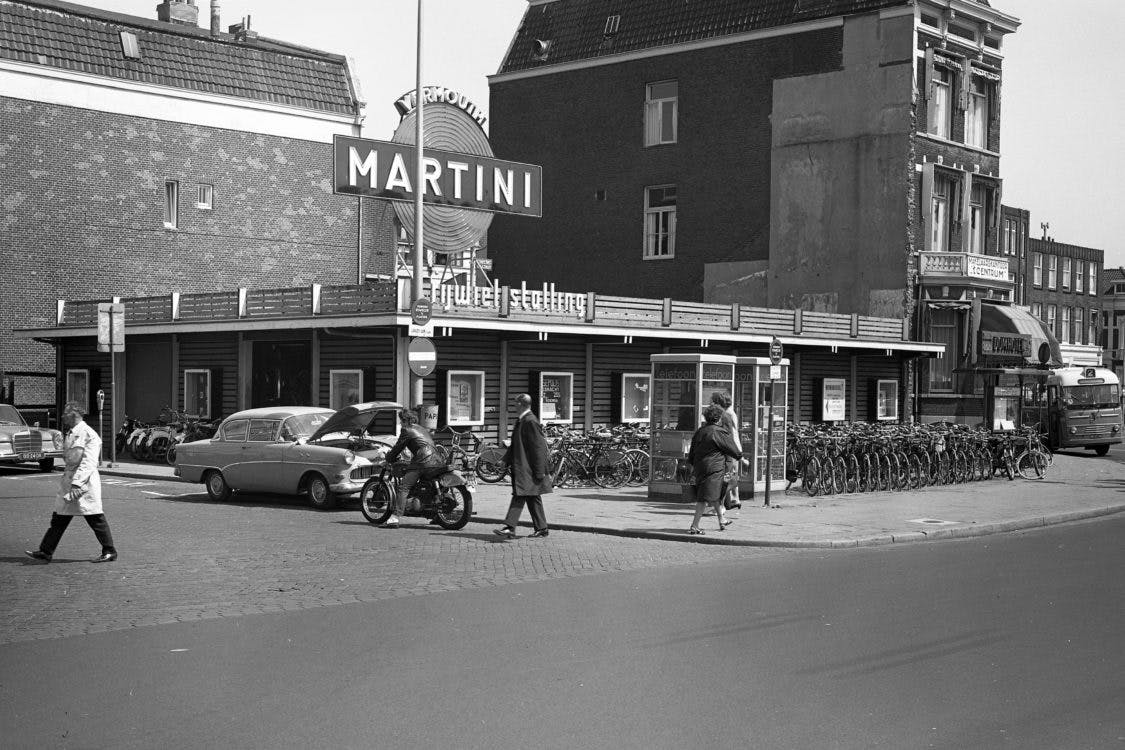 Verdwenen Gebouwen: De tijdelijke fietsenstalling van Gerrit Rietveld bij het station