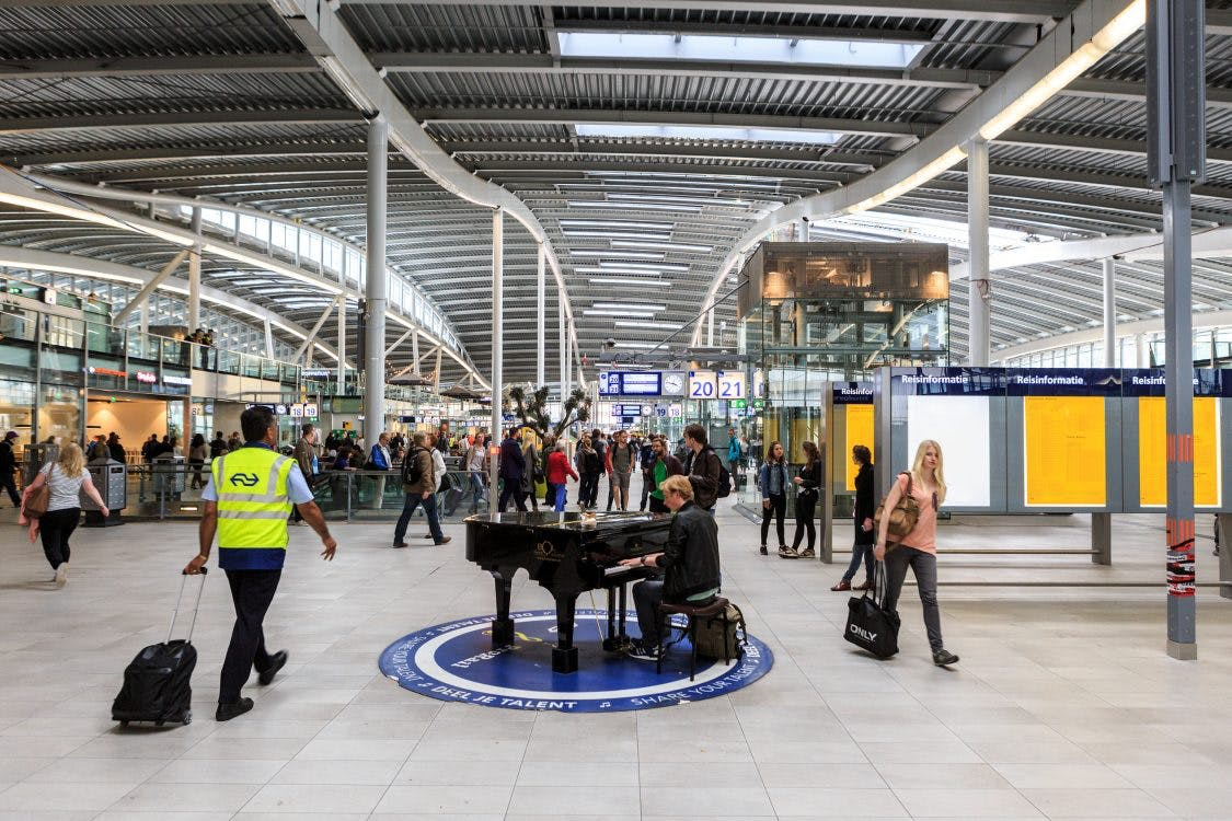 Meidenband krijgt bijna boete op Utrecht Centraal voor gitaar spelen bij openbare piano