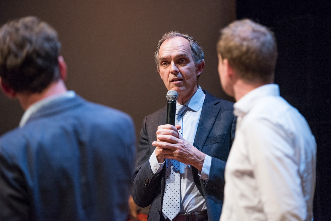 Wethouder Paulus Jansen legt uit. Foto: Anna van Kooij
