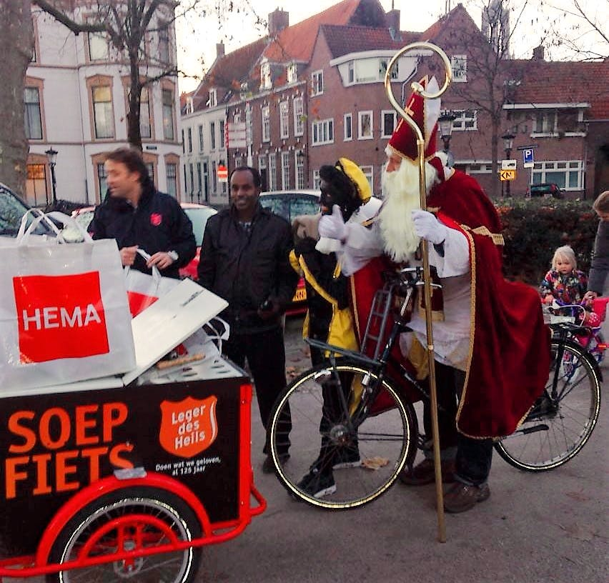 Sinterklaas deelt uit aan zwervers en daklozen