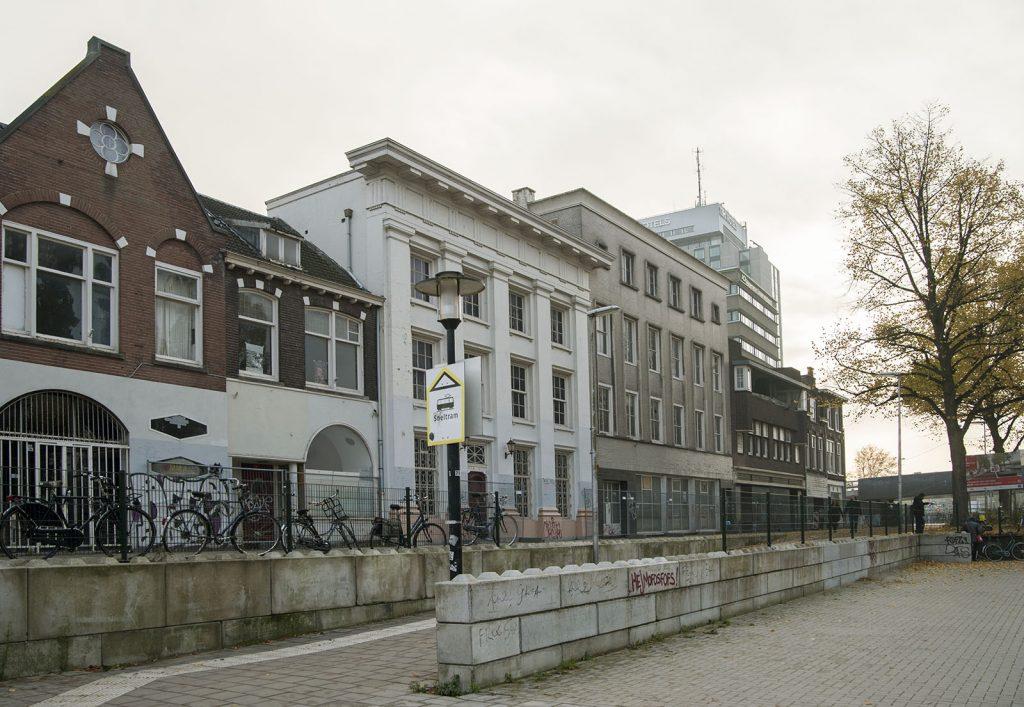 Het rijksmonument (witte gebouw) zal blijven staan