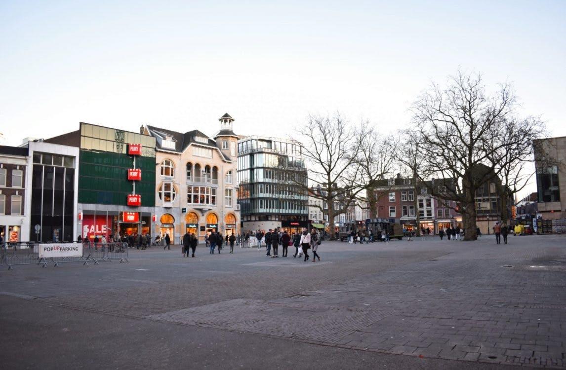 Nieuwe boekenmarkt op Vredenburgplein in Utrecht