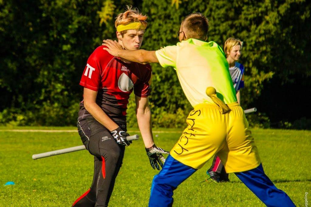 Utrechts Zwerkbal-team: Gele mensen als gouden snaai en stokken als bezemsteel