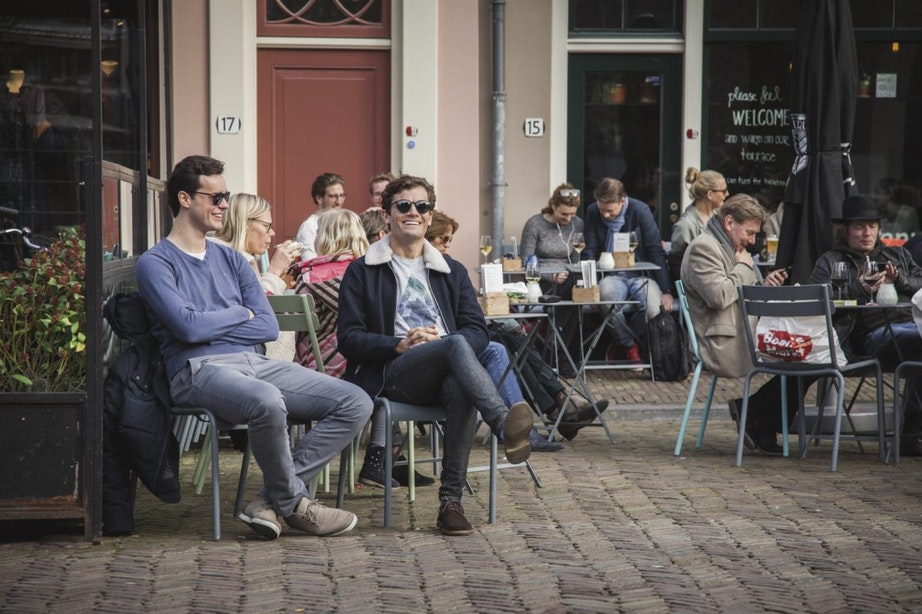 Foto's: zonnige dag met volle terrassen