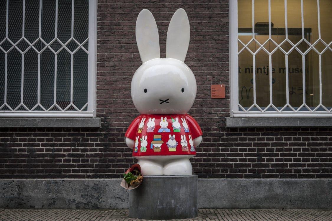 Foto's: Eerste bloemen gelegd bij nijntje-pleintje ter nagedachtenis aan Dick Bruna