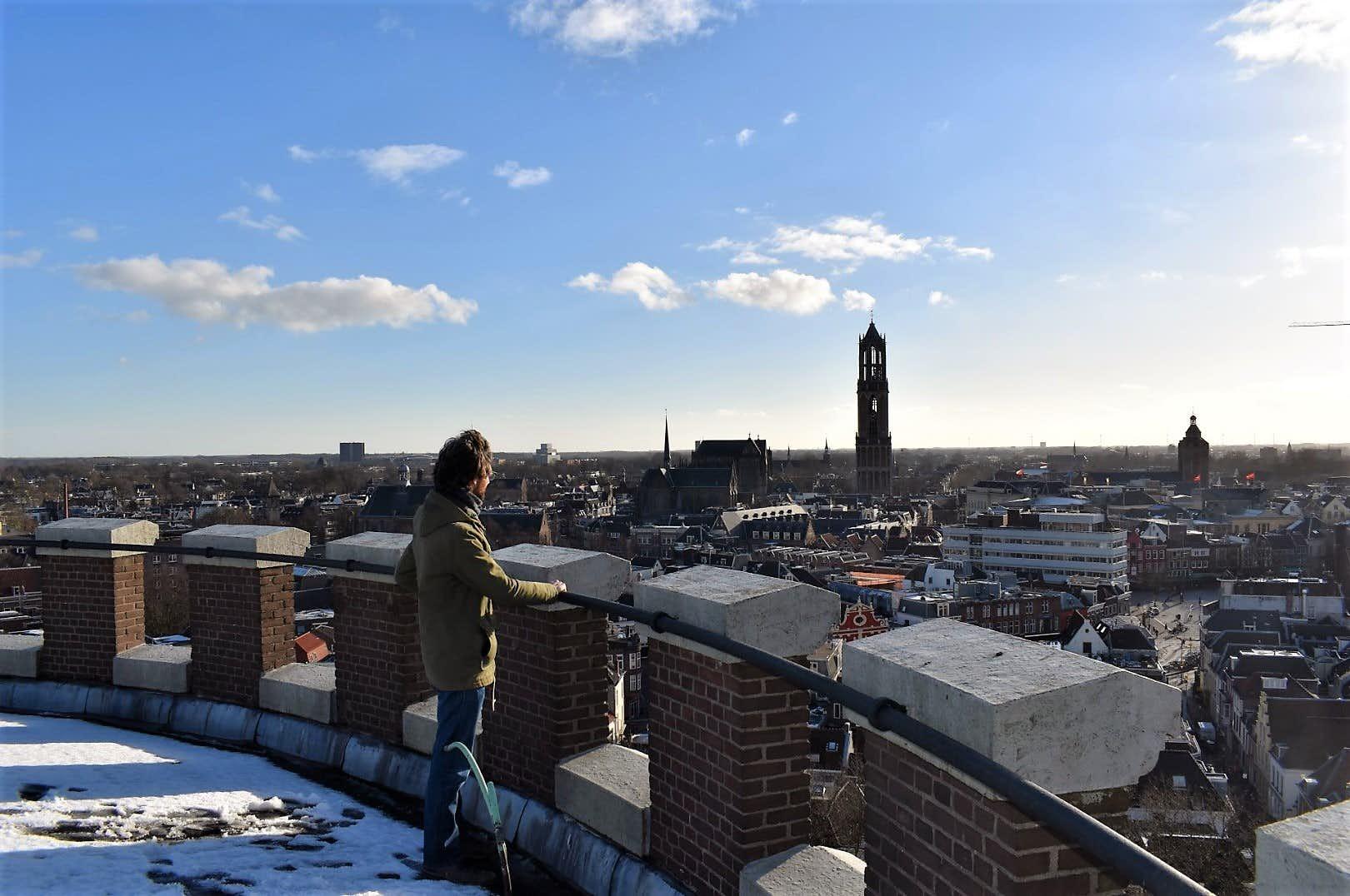 Harm Aarts kijkt uit over de binnenstad vanaf zijn watertoren