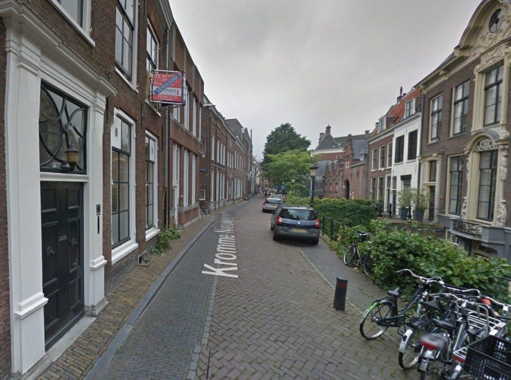 Schade door vrachtauto's op Kromme Nieuwegracht aangepakt