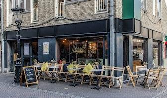 Jette & Jildou drinken koffie bij Lewis Book Café: 'Geen literatuurstad zonder boekencafé'