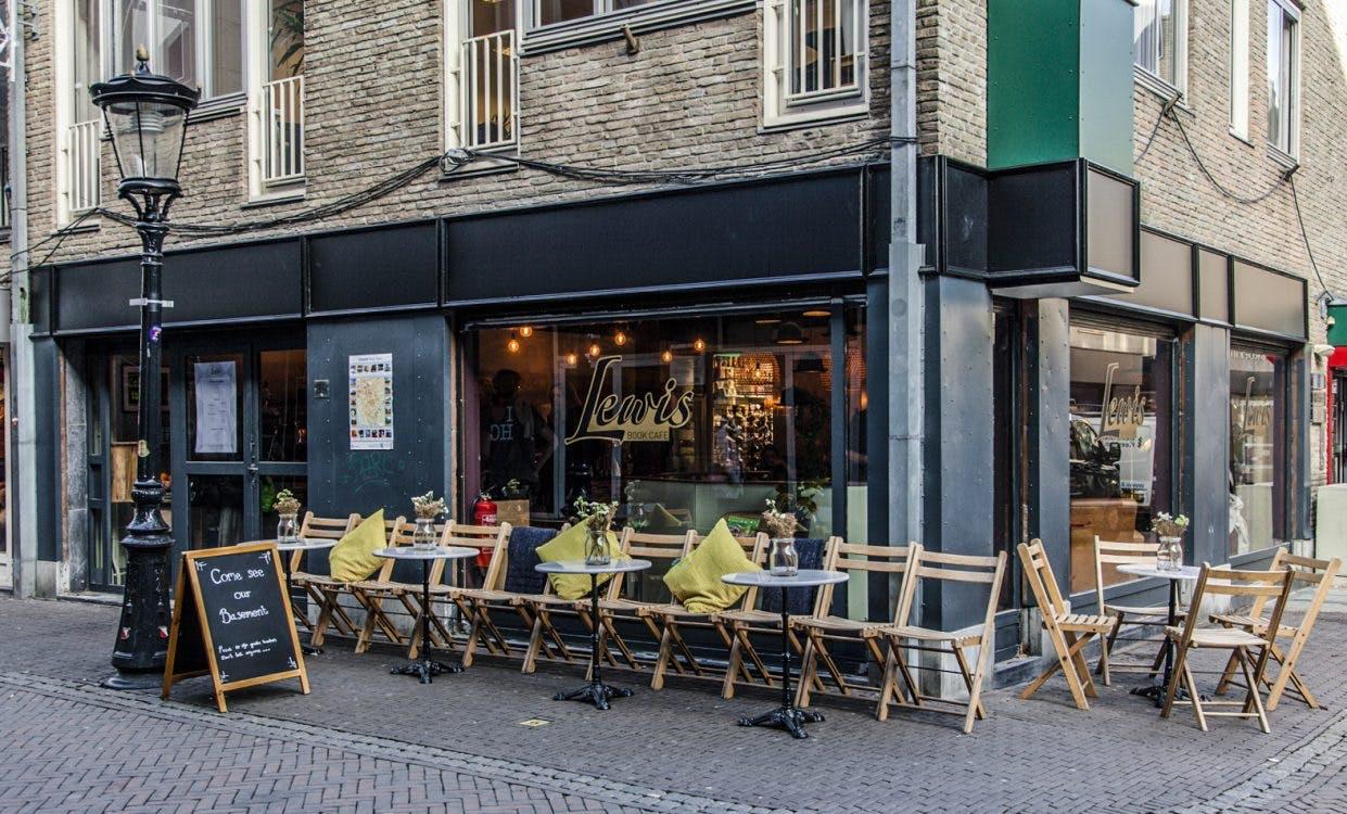 Laptops niet meer welkom in UtrechtsLewis book café: 'Het was een ruimte vol zombies'