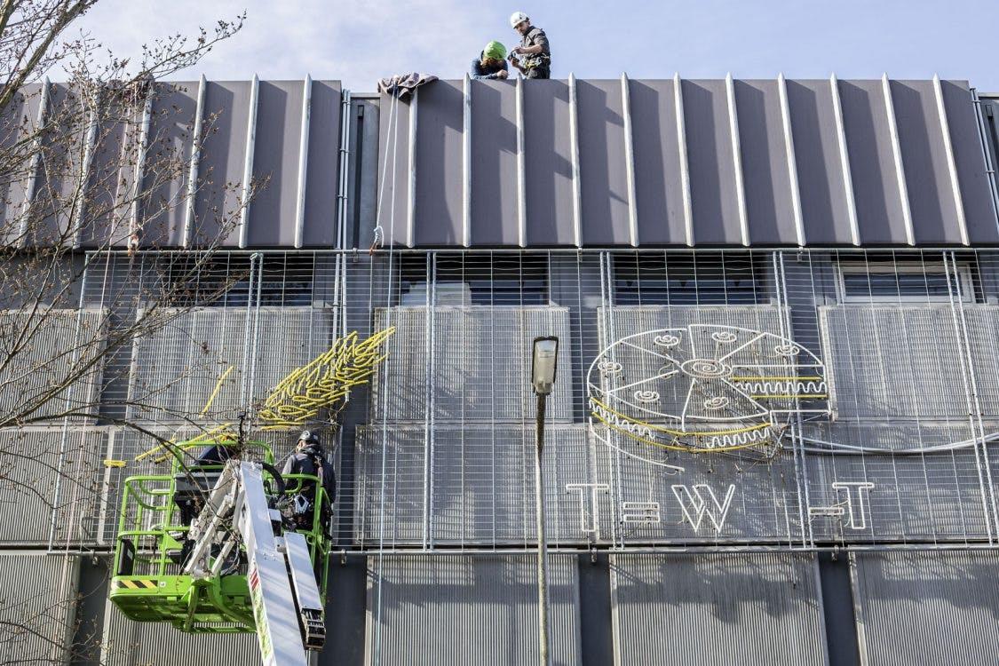 Foto's: neon-rebus in de Lange Nieuwstraat van de muur gehaald