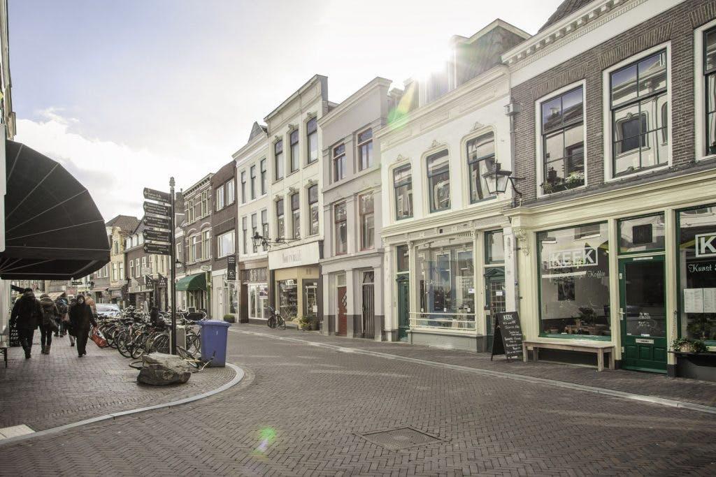 Verwarde vrouw zorgt voor overlast op de Twijnstraat; Wat is eraan te doen?