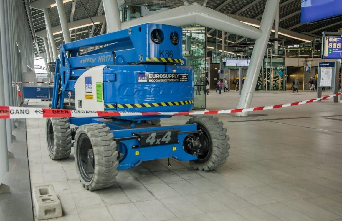 Foutje: Hoogwerker in stationshal kan niet weg