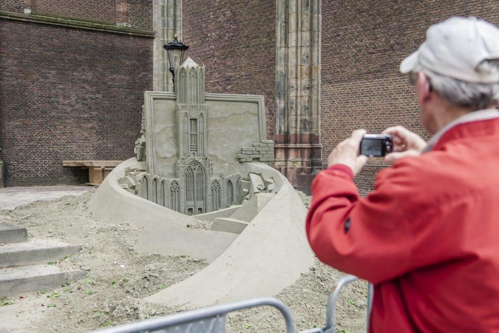 Foto's: Zandsculptuur op het Domplein krijgt vorm