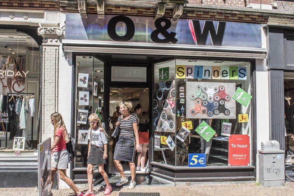 Kinderen dringen in pop-up winkel voor Fidget Spinners