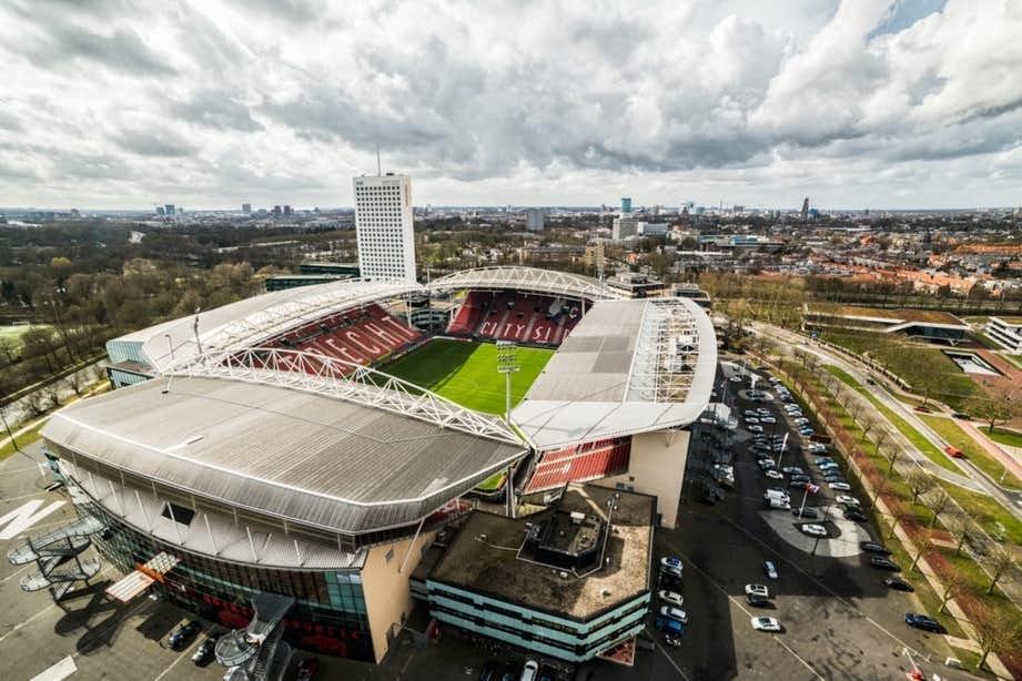 FC Utrecht-bus met toeters en bellen door Utrechtse wijken voor Voedselbank
