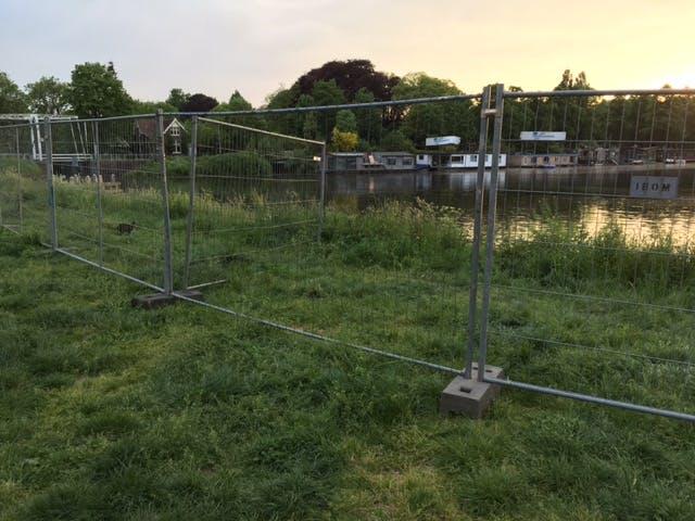 Groter gebied Muntkade afgesloten met hekken: te gevaarlijk om te betreden