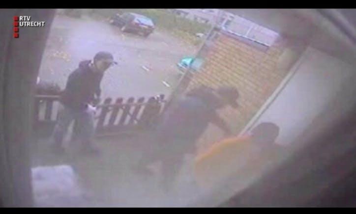 Mannen dringen woning binnen en vallen vrouw aan met tondeuse