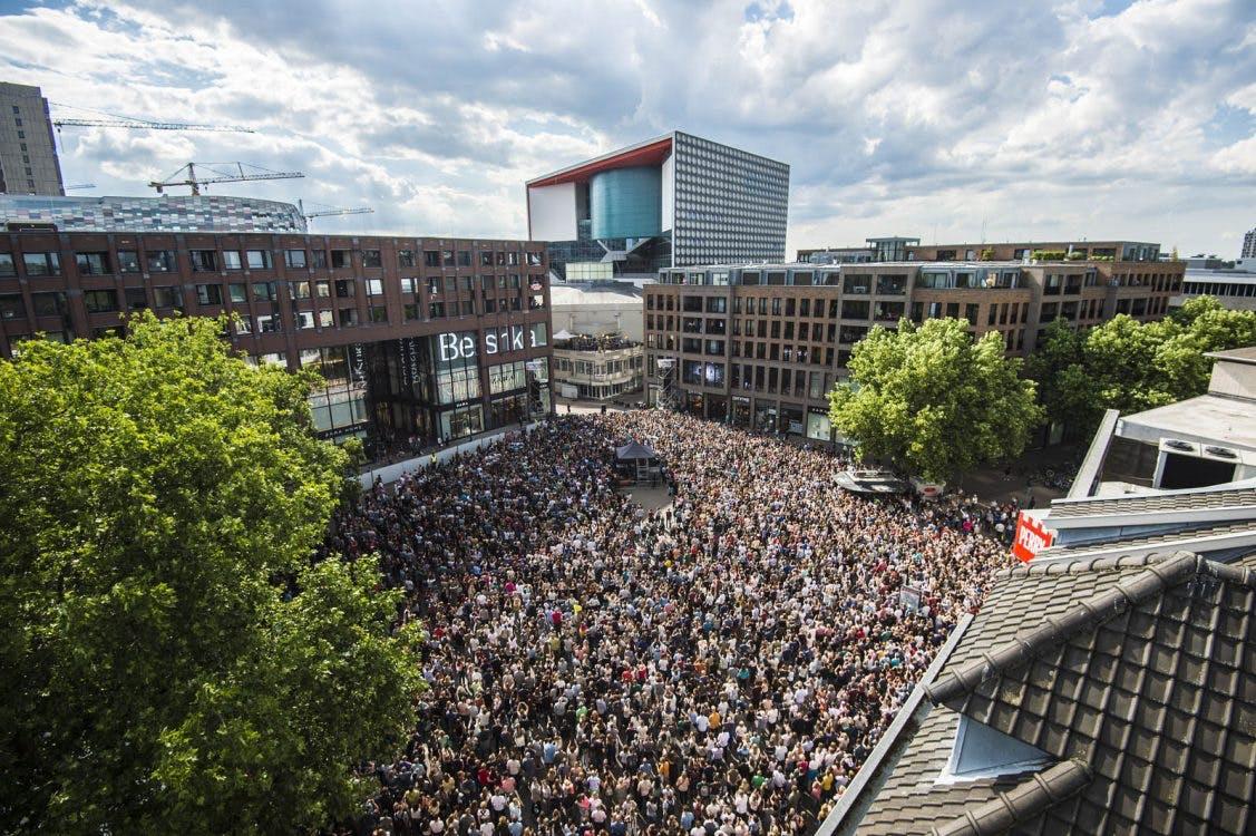 Foto's: Duizenden mensen aanwezig bij verrassingsconcert Kensington