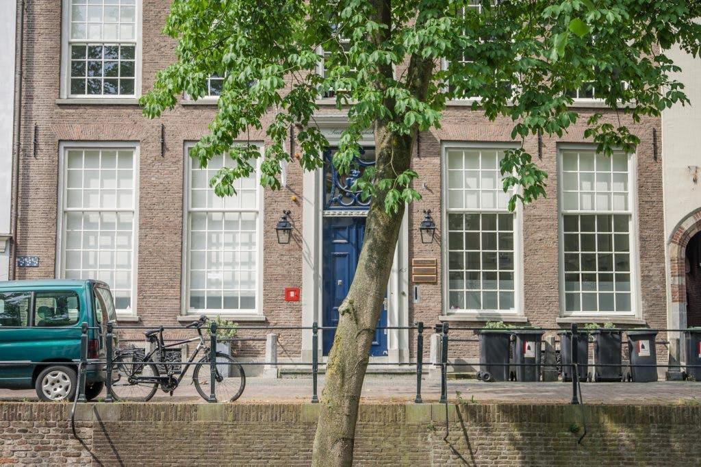 Waarom zit de Tilburg University aan de Nieuwegracht in Utrecht?