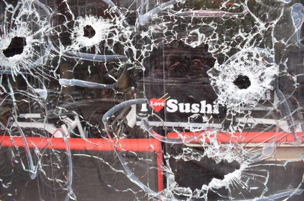 Beelden vrijgegeven van beschieting sushi-restaurant met machinegeweer