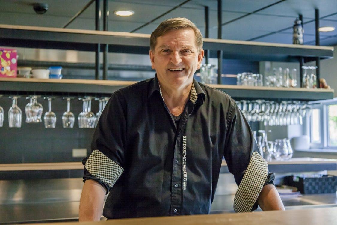 De werkplek van buffetchef Nanno Vaartjes in de artiestenfoyer van de stadsschouwburg