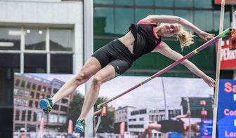 Polsstokhoogspringen op het Domplein tijdens NK Atletiek