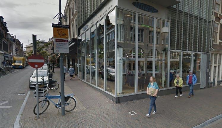 Kunstuitleen trekt in voormalige kledingwinkel op het Oudkerkhof