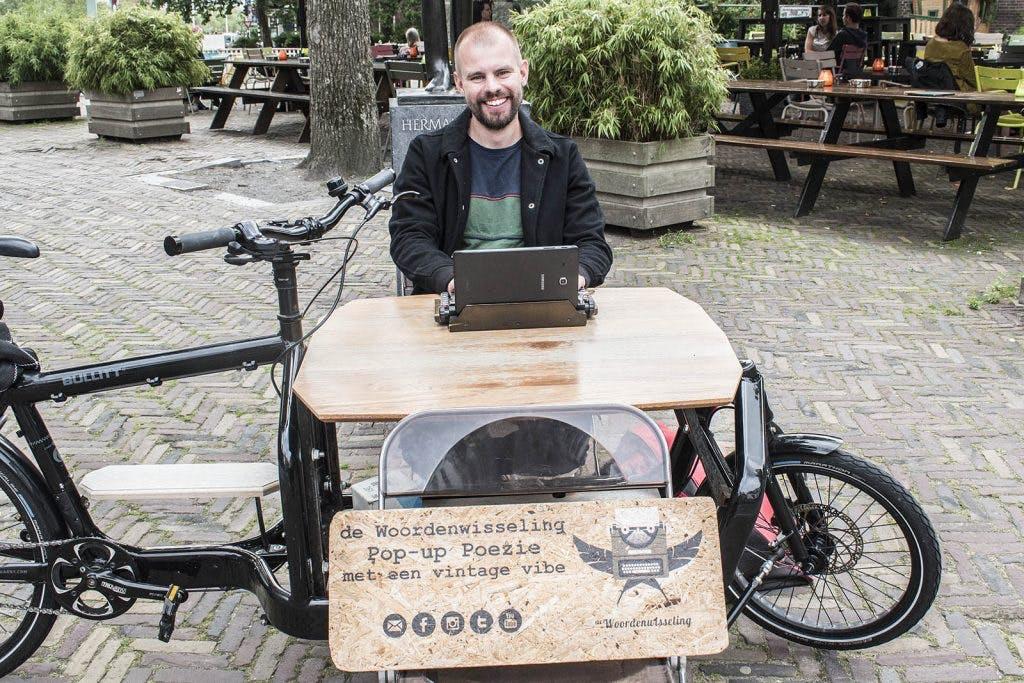 Het weekend van Sjaak Kroes, straatdichter in Utrecht: 'Hoe meer mensen mij geven, hoe meer ik terug kan geven'