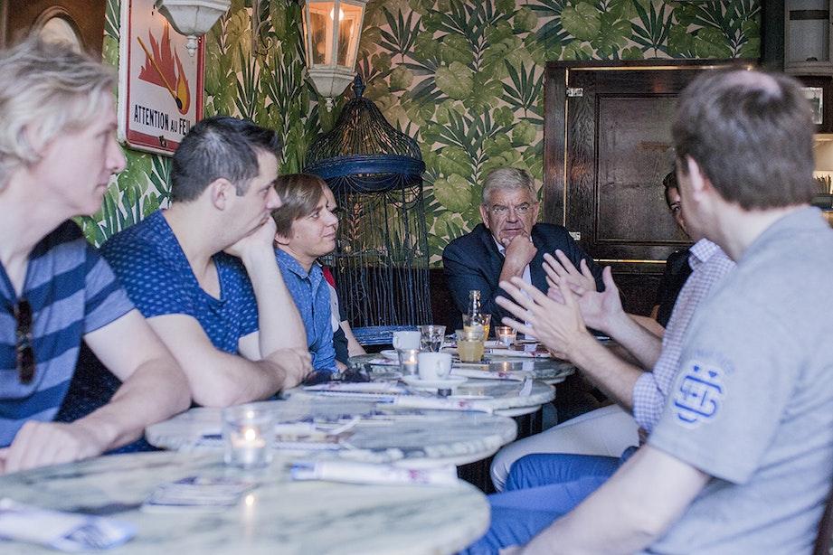 Burgemeester Jan van Zanen luncht met pubquizwinnaars Upbeatles
