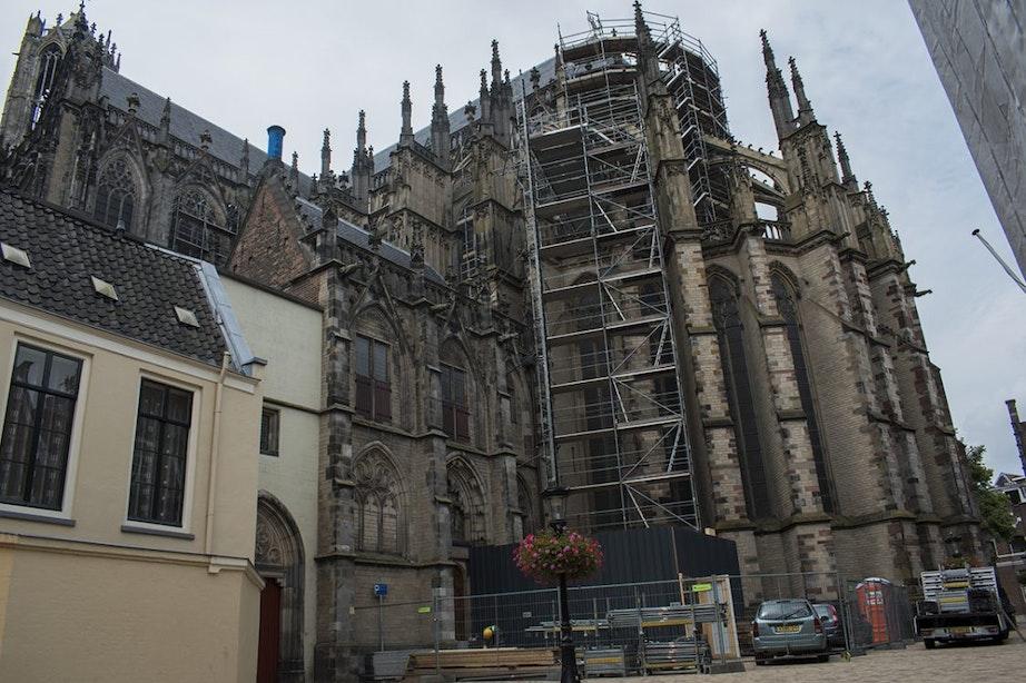 Steigers rond de Domkerk zeker tot eind van het jaar te zien