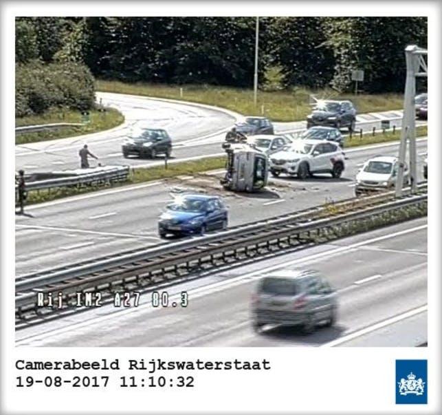 Auto over de kop bij ongeval knooppunt Rijnsweerd