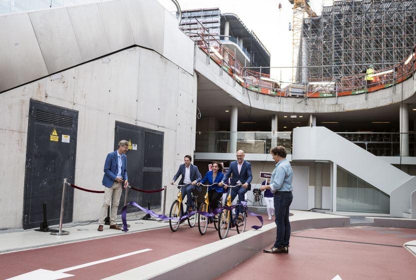 Stationspleinstalling officieel geopend