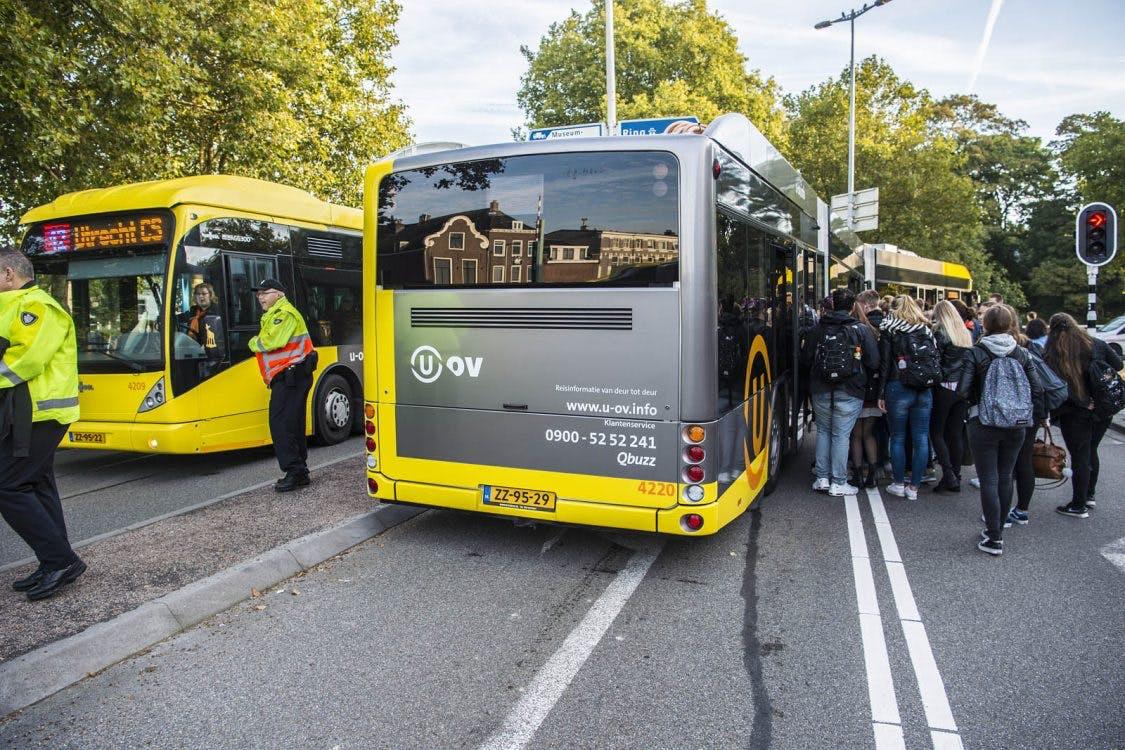 Foto's: Bus die klem zit op Ledig Erf zorgt voor veel hinder
