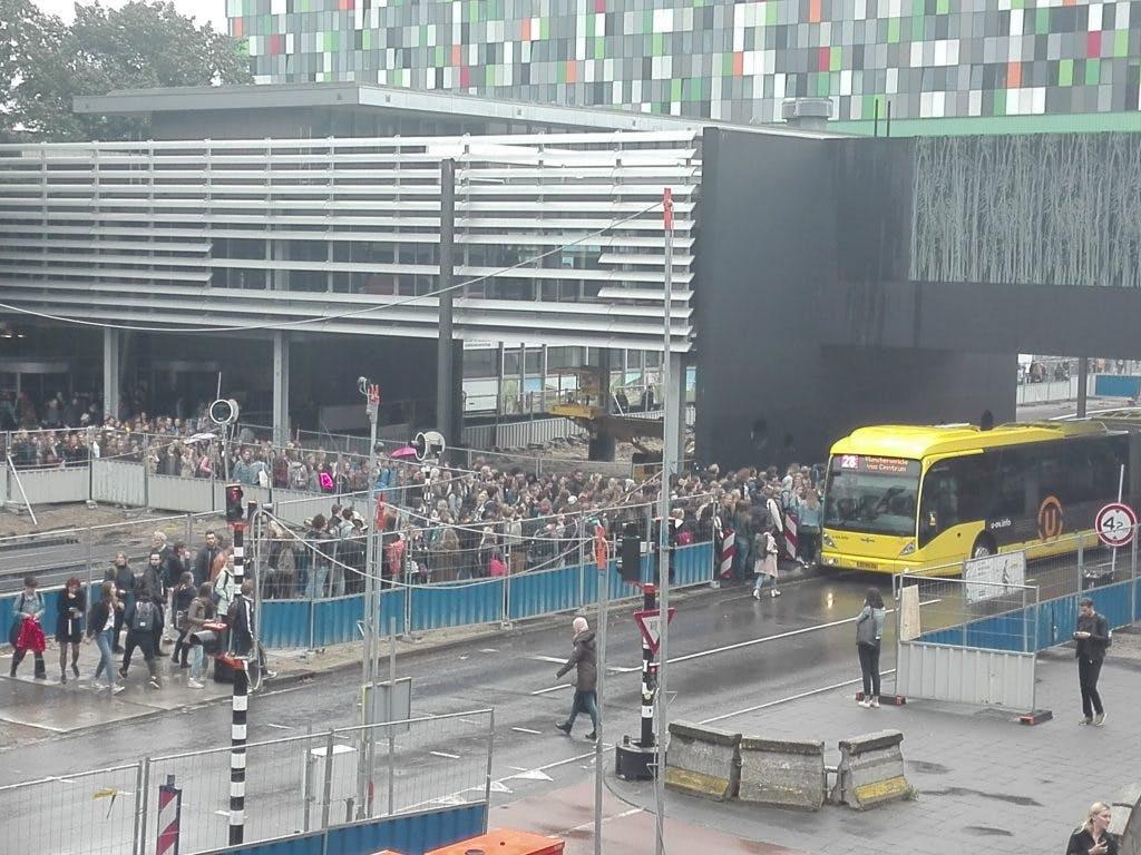 Enorme drukte bij bushalte op de Uithof