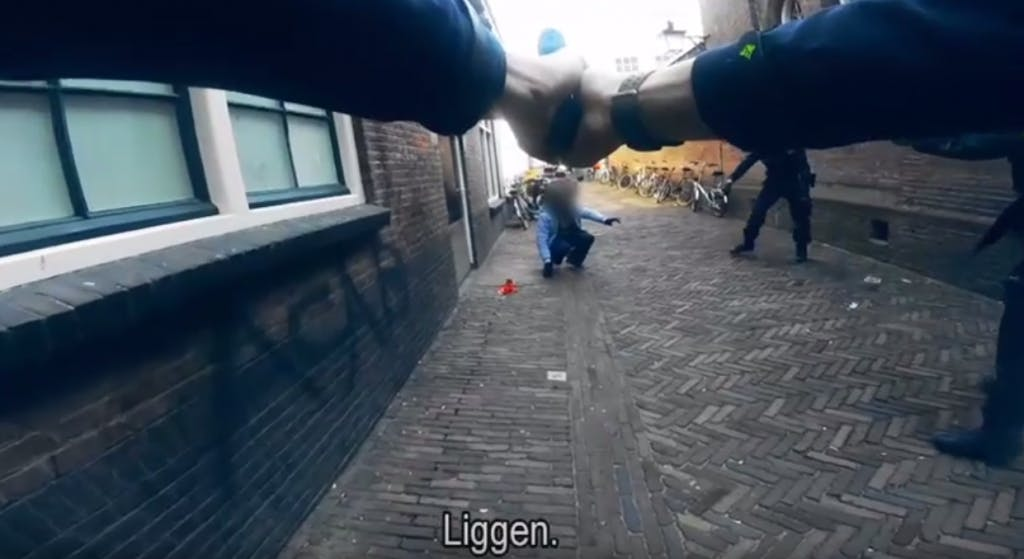 Videobeelden: arrestatie man met nepvuurwapen in centrum Utrecht