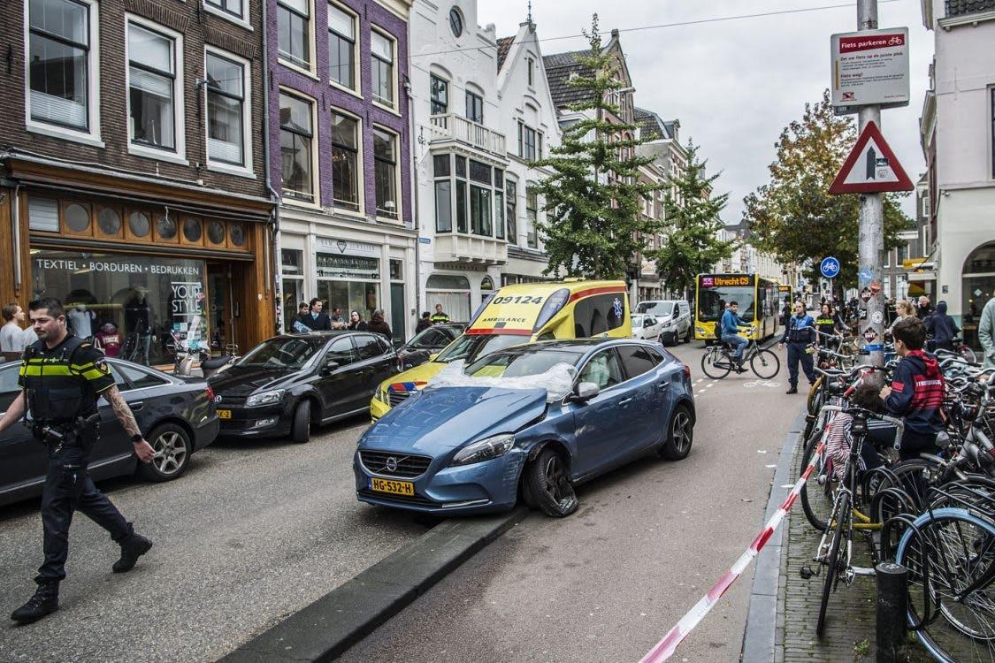 Behandeling voor man die inreed op portiers bij coffeeshop Pleasure op de Voorstraat