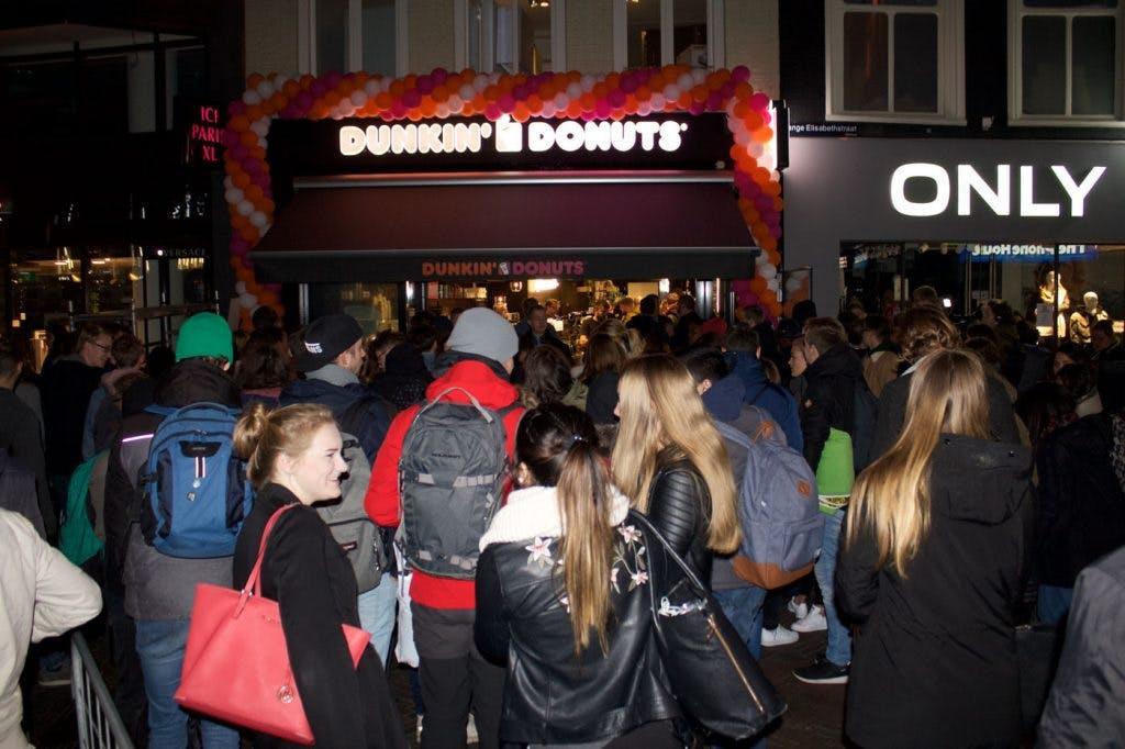 Tientallen mensen in de rij voor jaar lang gratis donuts