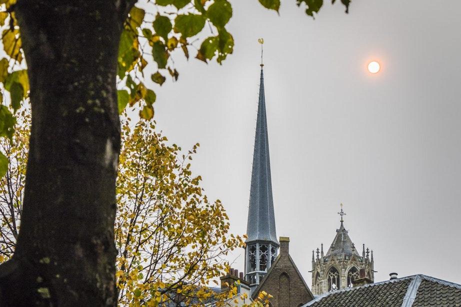 Foto's: Feloranje gedimde zon boven Utrecht
