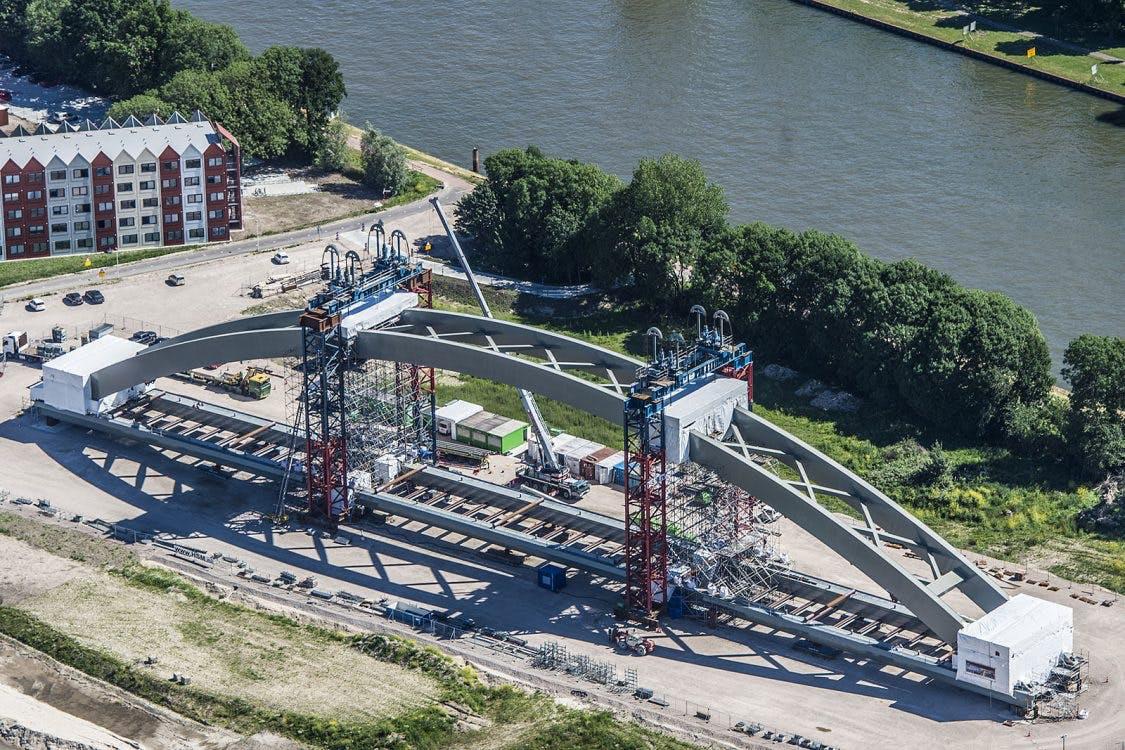Utrechtse spoorbrug onderweg naar definitieve plek over Amsterdam-Rijnkanaal