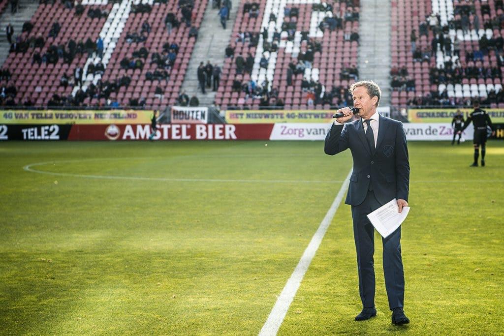De werkplek van de stadionspeaker van FC Utrecht: Dichter bij het veld kom je niet