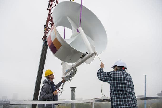 Woningcorporatie Mitros plaatst twee grote windturbines op dak