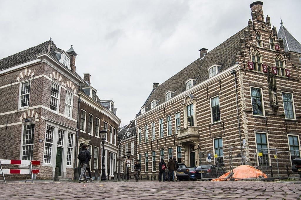 Werkzaamheden wal- en kluismuren Kromme Nieuwegracht lang stilgelegd door verzakkingen