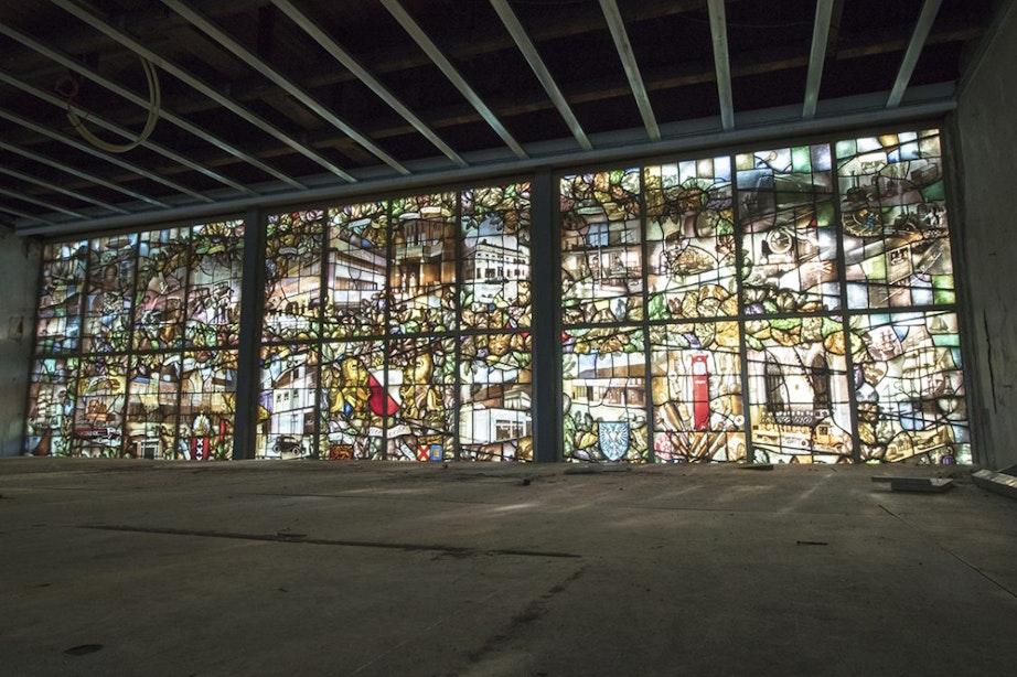 Glas-in-lood teruggeplaatst bij iconisch Jongeriuskantoor