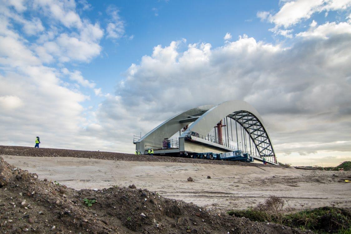 Foto's: spoorbrug rolt op 640 wielen