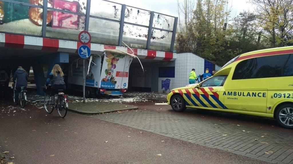 Vrachtauto klem in tunneltje onder Waterlinieweg