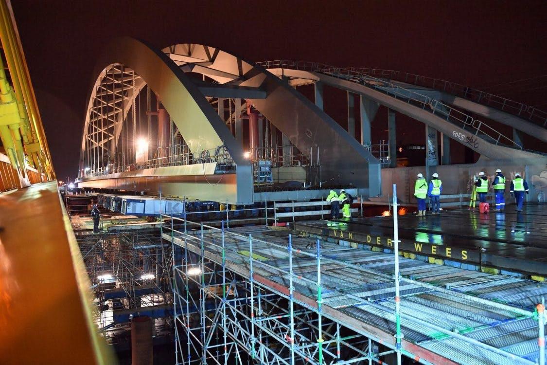 Megaoperatie geslaagd: spoorbrug bereikt overkant Amsterdam-Rijnkanaal