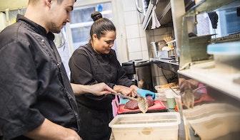 Kijken in de keuken bij restaurant Spekuk in de Drieharingstraat: 'Alsof je bij mijn oma eet'